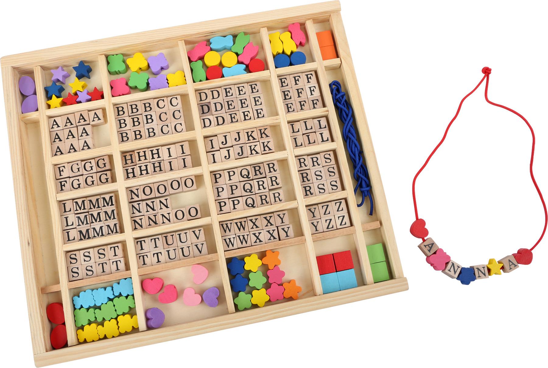 Small Foot Dřevěné navlékací korálky abeceda v krabičce