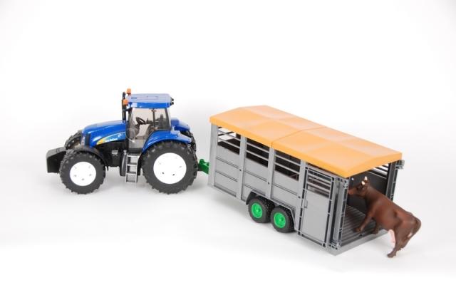 Bruder Traktor New Holland T8040 s přívěsem na zvířata s figurkou krávy