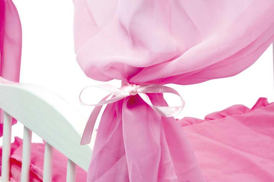 Růžová dřevěná postýlka pro panenky s nebesy