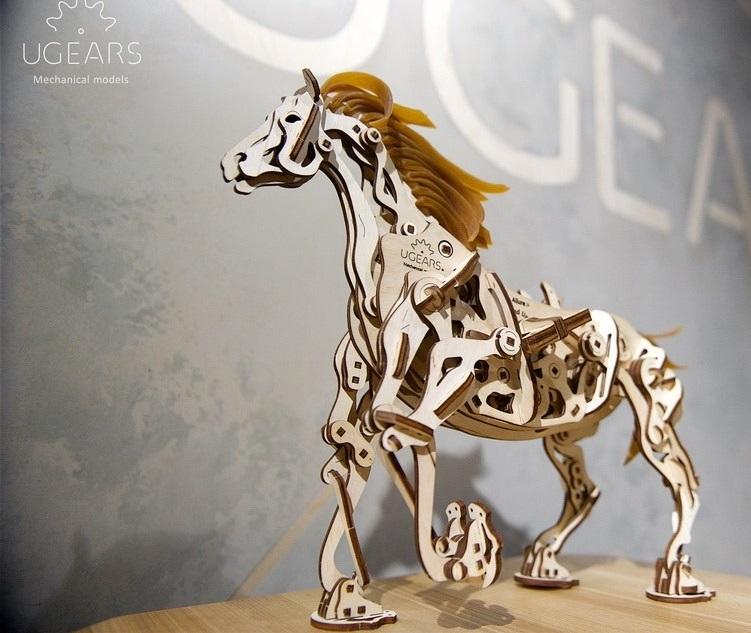 Ugears 3D dřevěné mechanické puzzle Kůň